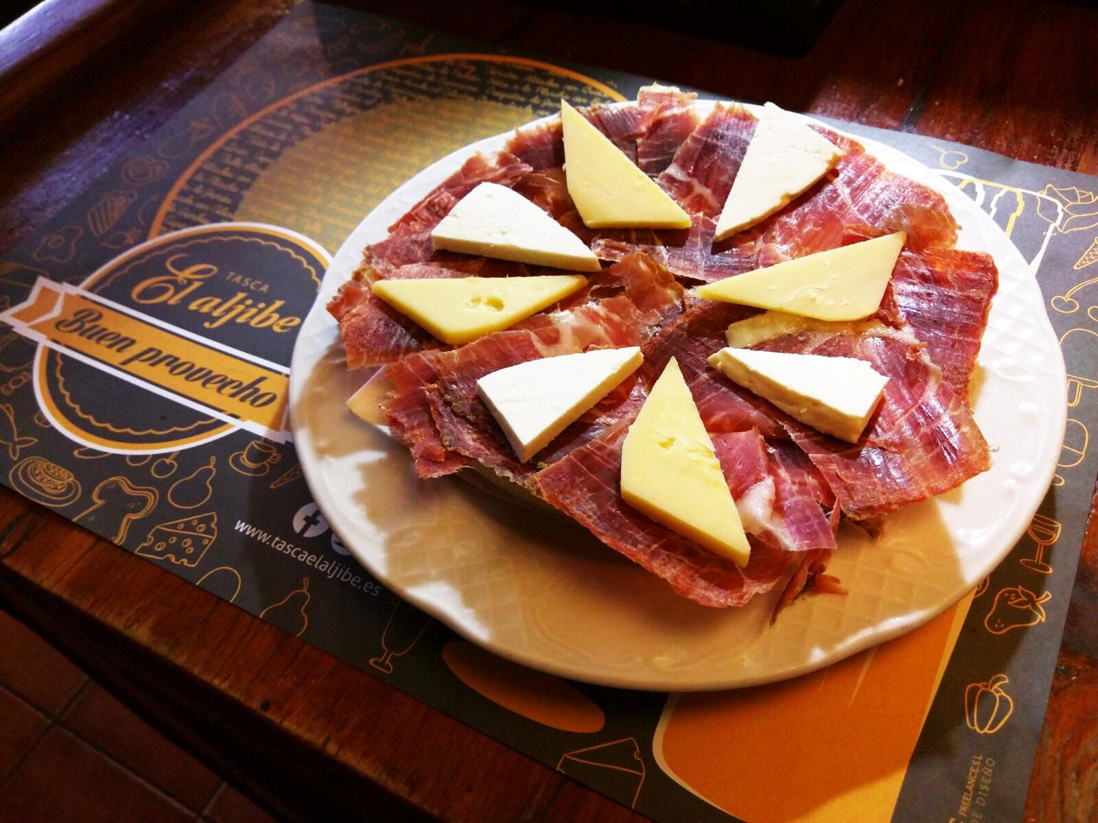 Tapa de jamon iberico y quesos.